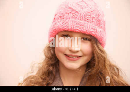 Smiling Young Girl Wearing Hat laine rose Banque D'Images