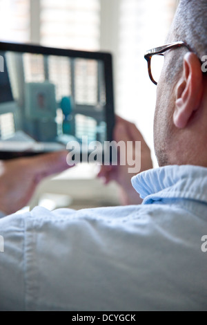 Vue arrière de l'homme à l'aide de Tablet PC