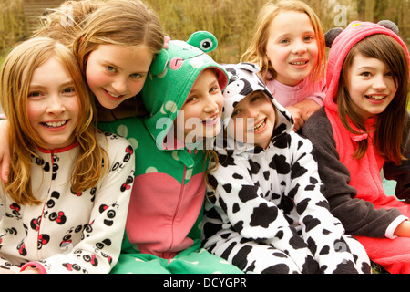 Group of Smiling Girls portant des costumes d'animaux Banque D'Images