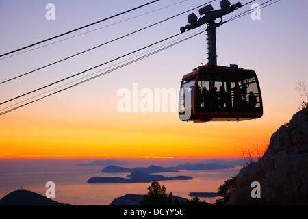 Le téléphérique de Dubrovnik, au coucher du soleil Banque D'Images