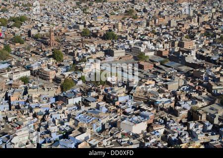 Vue aérienne de la ville bleue, Jodhpur, Inde Rajashtan. Sardar Market tour de l'horloge en haut à gauche de l'image.