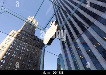 New York - l'ordinateur Apple store rénové cube de verre sur la 5e Avenue à New York, le 9 janvier, 2012 Banque D'Images