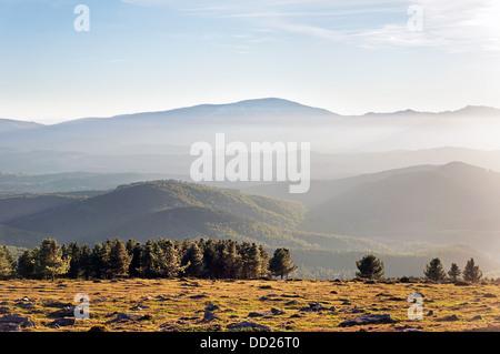 Montagnes brumeuses le matin Banque D'Images