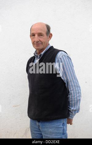 Portrait isolé du vieil homme chauve avec les mains derrière le dos Banque D'Images