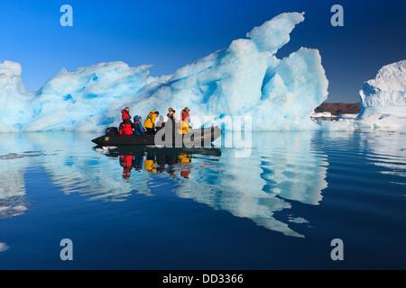 Les croisières entre les icebergs à Ø Røde, Scoresby Sund, Groenland Banque D'Images