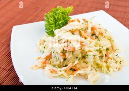 Salade de légumes à faible teneur en matières grasses de choux (choux, carottes, aneth, mayonnaise) sur la plaque Banque D'Images