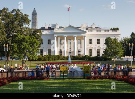 Les foules sur Pennsylvania Avenue Washington DC en face de la Maison Blanche Banque D'Images