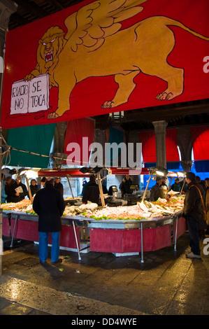 Poisson frais caler au Mercato di Rialto Le Marché aux poissons du Rialto à Venise Italie Banque D'Images