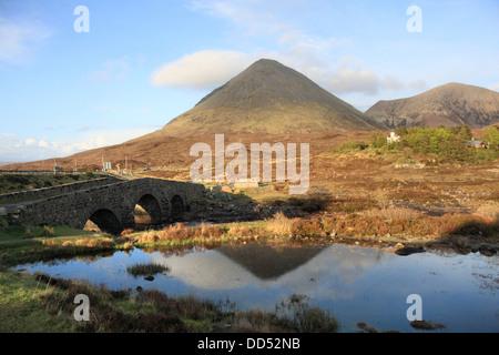 Le vieux pont sur la rivière de Sligachan Sligachan en regardant vers la Red Cuillin, île de Skye, Écosse, Hébrides Banque D'Images