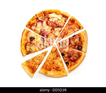Pizza au salami, Mozzarella, olives et sauce tomate, isolé sur fond blanc Banque D'Images