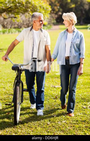 Beau couple de vélo à park holding hands Banque D'Images