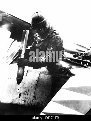 La Première Guerre Mondiale allemand aviator laissant tomber une bombe quelque part sur le front de l'ouest. 1914 Banque D'Images