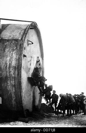 La Première Guerre mondiale, soldats de la saisie d'un nouveau billet avec leurs packs. Près de Riencourt, France. Banque D'Images