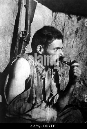 Soldat de la Première Guerre mondiale français fumant une pipe et de repos après la bataille. 1914-1918. Banque D'Images