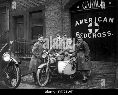 Des intervenants d'urgence de la Croix-Rouge américaine avec leur moto Harley Davidson et side-car en Grande-Bretagne. Banque D'Images