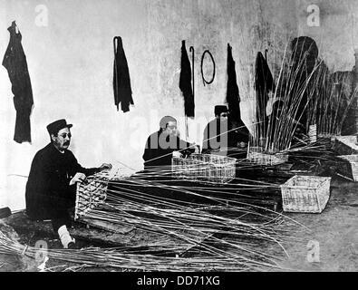 Soldats français aveuglé pendant la Première Guerre mondiale, apprendre à faire des paniers. 1914-1918. Banque D'Images