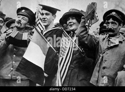 Les Yankees et les Tommies (soldats britanniques) célébrer l'armistice de la Première Guerre mondiale, se terminant Banque D'Images