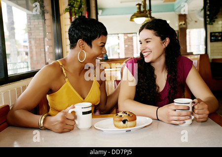 Les femmes ensemble dans le café restaurant Banque D'Images