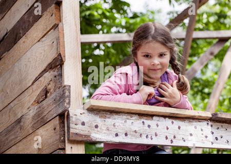L'Allemagne, la Rhénanie du Goatee jouant dans Jeux pour enfants, smiling Banque D'Images