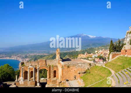 Vue de l'ancien théâtre grec de Taormine et l'Etna Taormina en Sicile Italie Banque D'Images