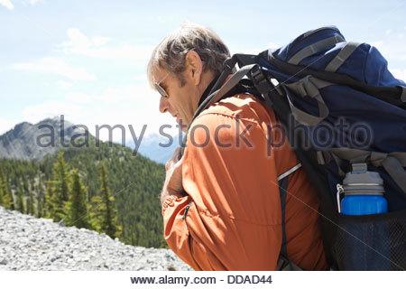 Homme mûr randonnées en montagne Banque D'Images