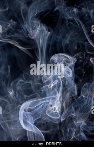 L'augmentation de la fumée ou de la vapeur sur un fond noir Banque D'Images