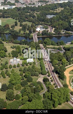 Vue aérienne de l'ouest de l'entraînement du chariot à Hyde Park, Londres, comme il traverse le serpentin Banque D'Images