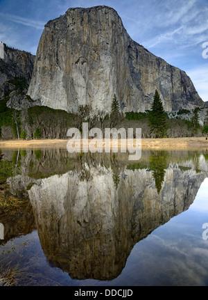 El Capitan reflètent la réflexion reflétée dans Merced river vallée de Yosemite National Park California USA