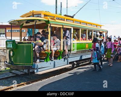 Les familles à bord d'un tram vintage au Ferrymead Heritage Park et musée, Christchurch, Canterbury, île du Sud, Nouvelle-Zélande.