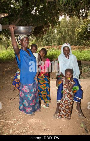 Wolof Les femmes et les enfants. Projet d'Horticulture Dialacouna, près de Kaolack, Sénégal. Un projet Africare. Banque D'Images