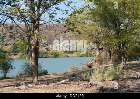 La rivière Kunene en Namibie est le fleuve frontière avec l'Angola