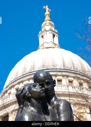Les jeunes amoureux 'Bronze' sculpture par Georg autrichienne la Cathédrale St Paul Ehrlich Londres Angleterre Europe Banque D'Images