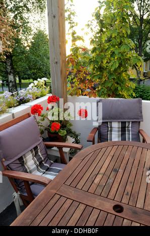 Une table et deux chaises sur la terrasse, vertical Banque D'Images