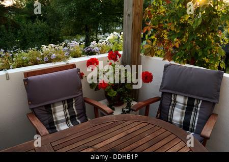 Une table et deux chaises sur la terrasse, horizontal Banque D'Images