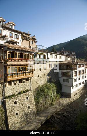Vue générale de la ville de montagne de Potes dans le parc national de Picos de Europa, au nord de l'Espagne Banque D'Images