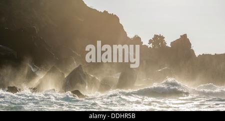 Les vagues se briser contre les falaises de l'buccaneers cove Banque D'Images