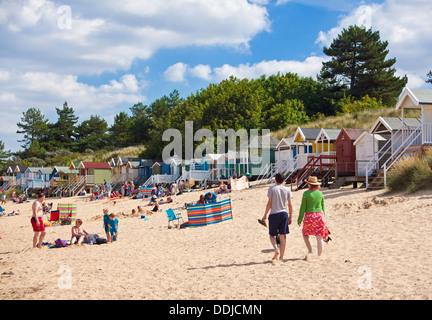 Plage animée et cabines de plage au Wells next the sea North Norfolk Coast England UK GB EU Europe