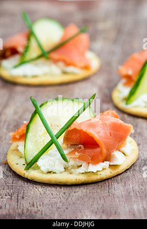 Canapés de saumon fumé, concombre et fromage à la crème, portrait, gros plan Banque D'Images