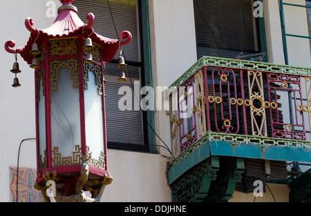 Lampadaire en chinois traditionnel et un balcon décoré dans le quartier chinois, San Francisco Banque D'Images