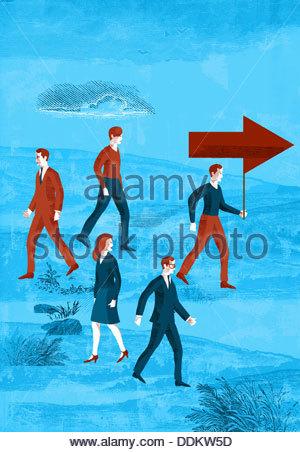 Les gens d'affaires ou même marcher dans le sens opposé à l'homme portant la flèche Banque D'Images