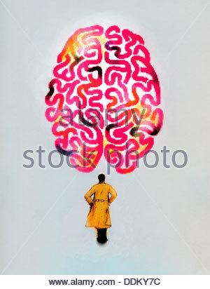 Dans l'homme trench coat looking up at grand cerveau Banque D'Images