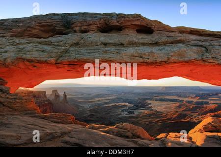 Mesa Arch lever du soleil, dans le ciel de l'Île, District Canyonlands National Park Banque D'Images