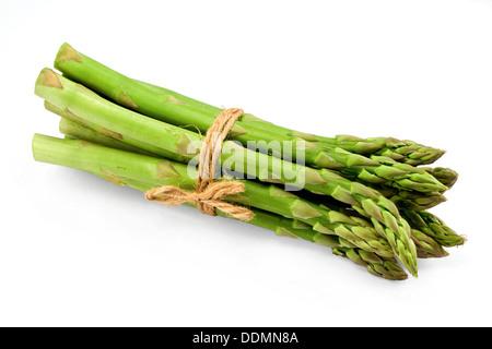 Un bouquet d'asperges légumes saisonniers premium isolé sur un fond blanc avec ombre légère Banque D'Images