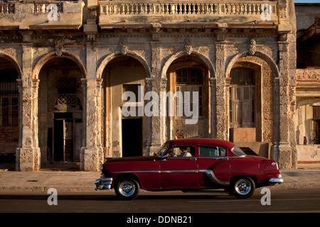 Nous vintage de voitures des années 50 dans les rues de La Havane, Cuba, Caraïbes Banque D'Images