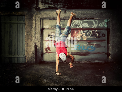 Jeune homme / danse ados sur graffiti grunge wall background Banque D'Images