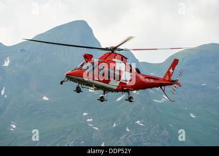 AgustaWestland Da Vinci de l'hélicoptère de sauvetage de la REGA Swiss Air Service en action près de Grindelwald Banque D'Images