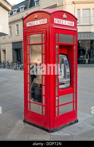 Une boîte de téléphone traditionnel britannique converti pour utilisation comme une cash machine & cabine téléphonique. Centre-ville, baignoire, Somerset, UK