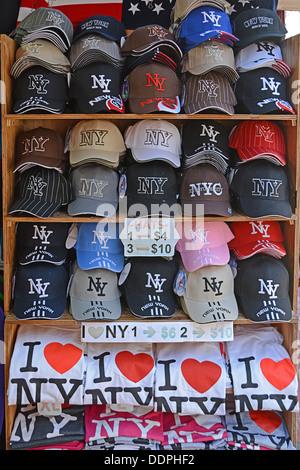 New York City chapeaux et tee-shirts pour les vendre aux touristes dans la section de la Petite Italie de Lower Banque D'Images