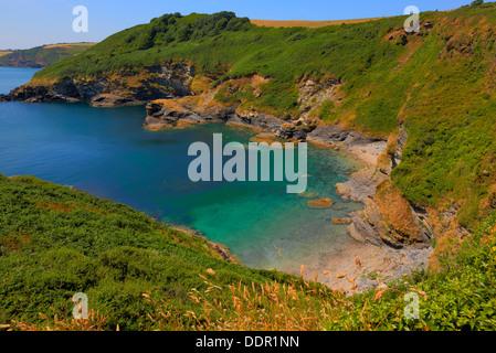 Plage isolée et cove avec mer turquoise tête noire pointe St Austell Bay entre Cornwall et Pentewan Porthpean dans Banque D'Images