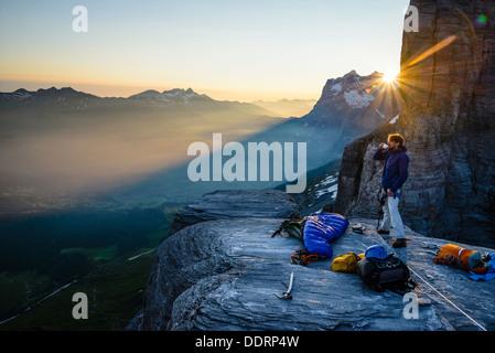 Café du matin après un bivouac sur le Rotstock au dessus de Grindelwald suisse que le soleil quitte le Wetterhorn/Mittelhorn Banque D'Images